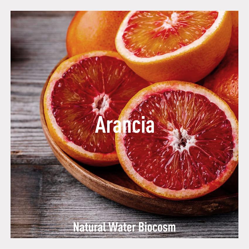 Orange Water di Biocosm: le proprietà antiossidanti dell'arancia rossa per la leggerissima acqua cosmetica di Biocosm. Ideale per l'estate, ma non solo.